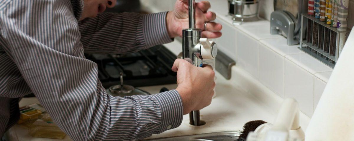 consertar torneira com vazamento